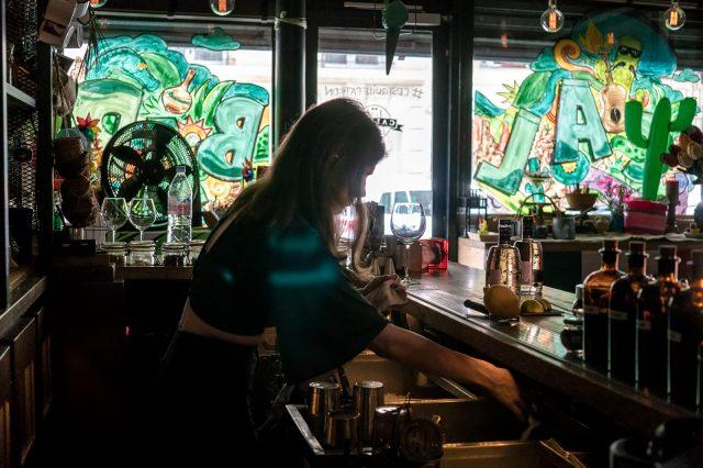 Erika en pleine préparati;on de cocktail au Calbar à Paris