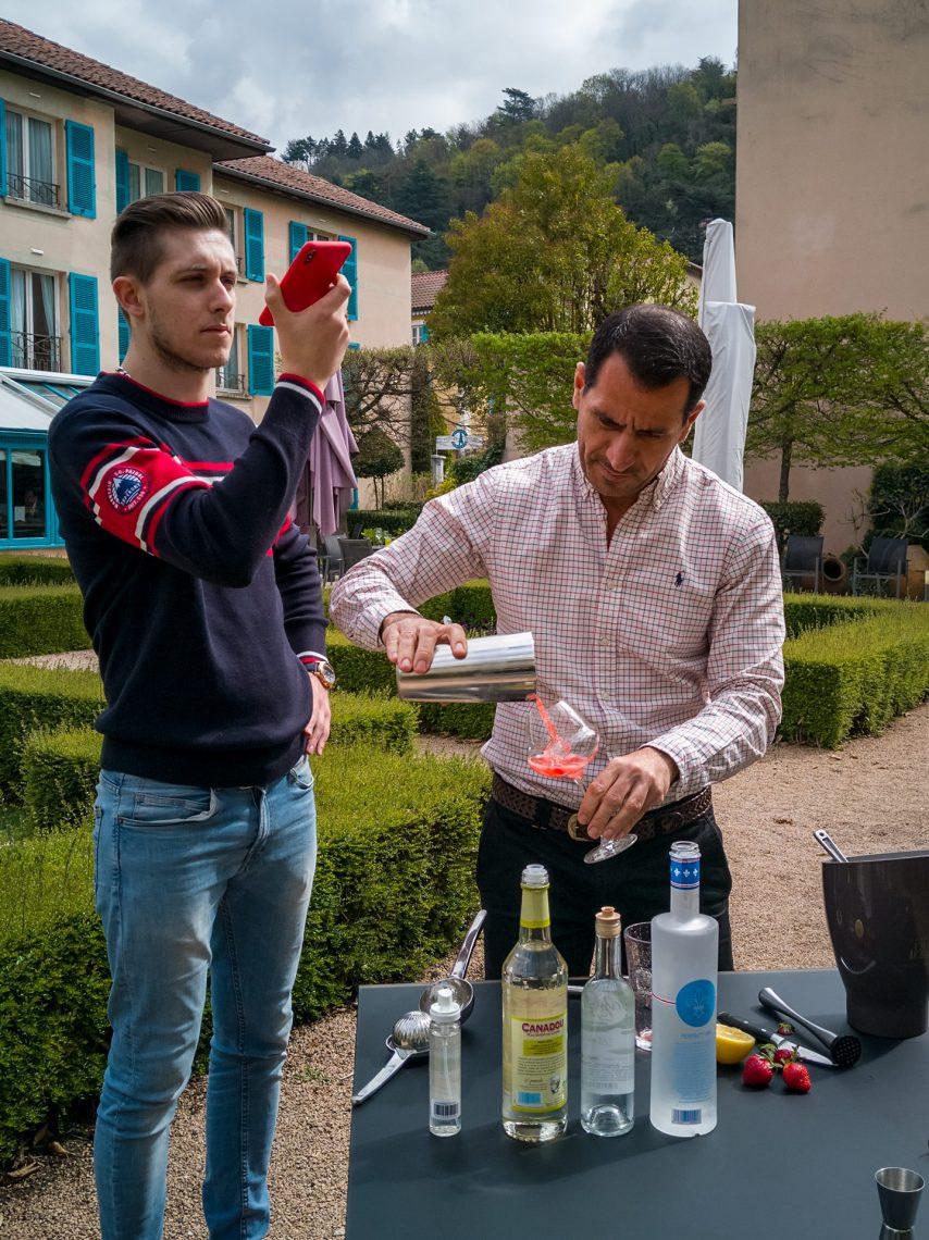 Lucas et Pierre le barman, en pleine action
