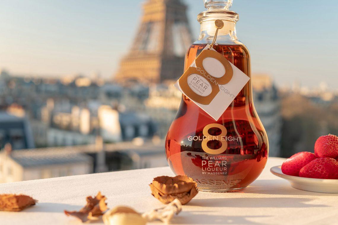 Golden Eight devant la Tour Eiffel